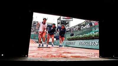 法律工作人员赶紧弄干赛场,以便赛事能尽早恢复进行。