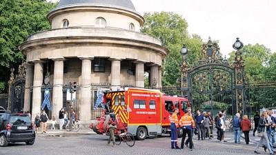 巴黎一个公园发生雷击,消防车赶到现场。