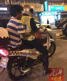 警员担心其安危而好心载他前往巴士站。