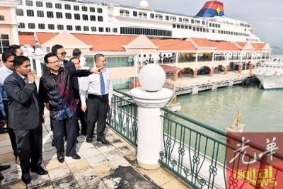 廖中莱(左2)在港务局官员的陪同下走访瑞典咸码头,了解该码头的状况。