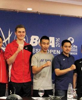 左起:韩国混双金荷娜/高成炫、中国女双赵芸蕾、丹麦男单阿薛森、李宗伟、印尼羽球总会领队历基索巴甲、男单靳汀和男双昂加/历基一同握拳,以示做好准备冲击印尼公开赛。