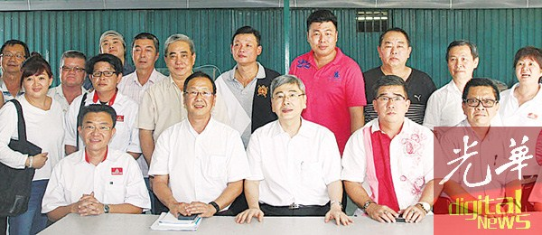 马袖强(左3)与民政党成员合影,左起为王胜龙、刘华才、刘开强、陈永发以及郑友。