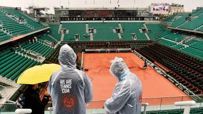 群众与工作人员无奈看着因雨取消当天整比而无人问津的法律菲利普·沙特里耶中央球场。