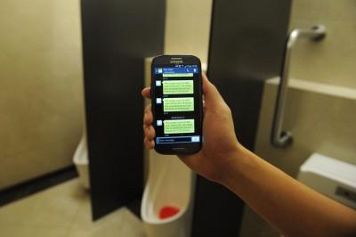 当厕所发出异味,或一定数量的人使用厕所后,感应系统会自动发出短信,通知清洁工人前去清洗厕所。