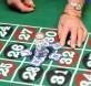 """被告手掌粘双面胶,再把赌桌上筹码""""粘走""""筹码。(档案照)"""