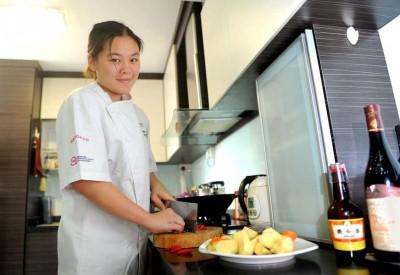23岁的曾丽清放弃国大律师课程,选择当一名厨师。