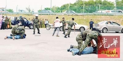 边境安全机构执法人员演习毒品走私案 。