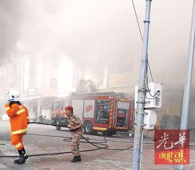 火患现场浓烟处处。
