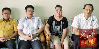 连桂珠(右2)向苏下斌(左2)叙述阿窿追债过程。由于黄品基市议员(右起)和郭文辉市议员陪同。