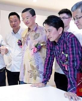 李利青(左起)向李要銅、郑修强、张秀福和叶沅明讲解智能家居系统的操作方式和功能。