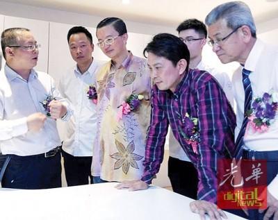 李利青(左起)向李设銅、郑修强、张秀福与叶沅明教授智能家居系统之操作方法与意义。