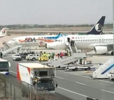 旅客试图冲到停机坪登机,令涉事的青岛航空航班延误。