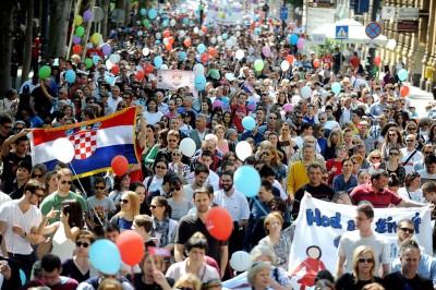 萨格勒布反堕胎游行声势浩大。(法新社照片)