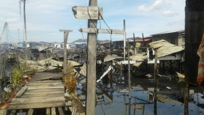 甘榜兰东阿央劳勿的房屋都是木屋,火势蔓延非常快,农家只好眼巴巴看着一里而同里的木屋被大火吞噬。