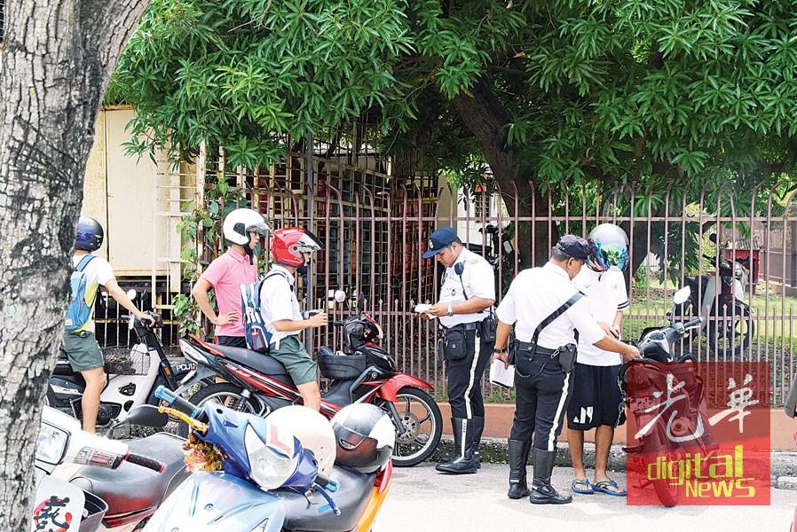 学生们非常配合交警的突击检查。