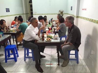 从照片所见,在场的食客似乎未发觉欧巴马和波登正在用餐。