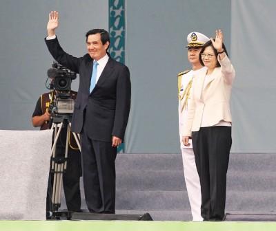 卸任总统马英九、总统蔡英文进场,与民众挥手致意。(中央社照片)