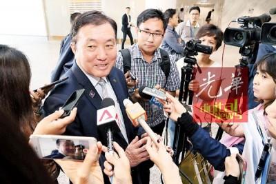 黄家泉受媒体追问有关伊刑法课题时,证实在法案提呈国会前,内阁会议确有提问过,但没有列入议程内进行讨论。