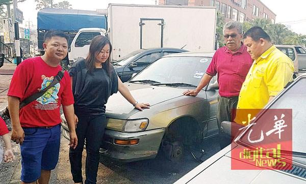 许礼叠(右1起)、芙蓉市议会官员莫哈末、何彩思接报后到场了解情况。