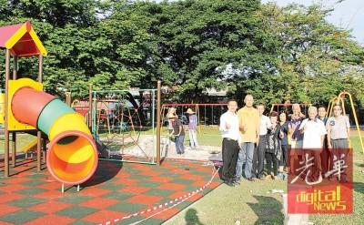 昆仑山庄草场的儿童游乐设备获得更新,左起为罗量信、曾镇池、张谦年、谢彩娇、郑观贤(右起)及叶仁华。