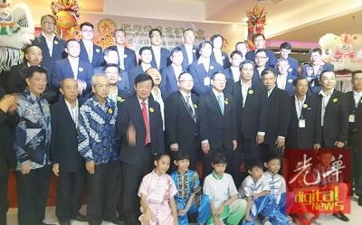 槟武总新理事与一众嘉宾在宣誓后合拍全家福。