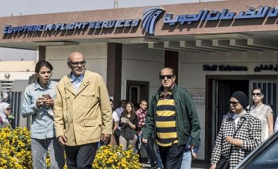 乘客家属聚集在开罗国际机场的埃及航空公司门外。(法新社照片)