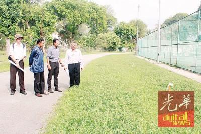 再努丁(右起)、莫哈末再伊、阿兹扎法尔米及丘运良到东北县县长官邸后方观察场地。
