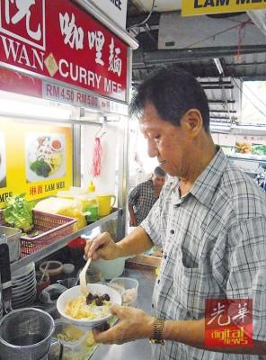 咖哩面业者阮建兴坚持用鲜蚶来调味。