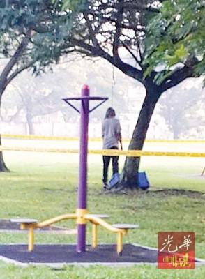 死者在公园树上上吊身亡。