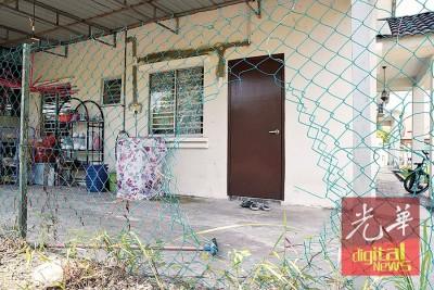 匪徒剪破围篱,企图闯入民宅作案。