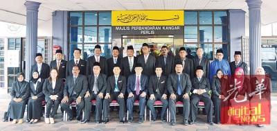 阿兹兰(前排左7)与22名加央市议员合影。前排左6及左8:加央市议会主席凯林纳兹里及秘书万法兹里。