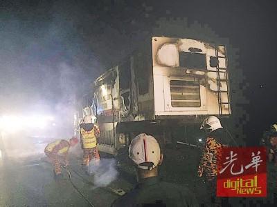 清除拯员在场灭火救援。