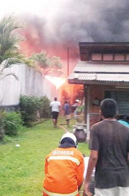群众协助消拯员进行救火。