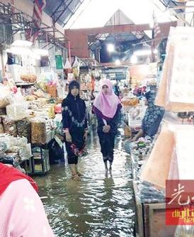巴东勿刹市集也积水,使小贩的生意受到影响。