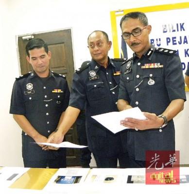 昆打士打县警区主任罗兹副总监(右)检验起获的毒品照,左起查案官阿兹哈哈同刑事调查主任汉铅副警监。