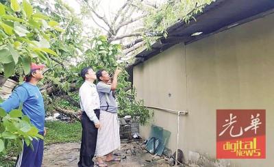 马华知知道丁宜州议员许福光(左2)望灾民了解灾情。