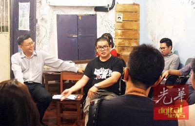 """丘光耀(中)出席由郑来兴(左)所主办的""""超人boh讲粗口""""交流会。"""