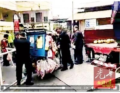 (槟城19日讯)社交网上流传一则槟岛市政厅取缔一辆售卖面包的摩托车小贩视频,许多民众纷纷留言斥责市厅不近人情,不过市议员澄清该小贩是外籍人士,同时占用残障人士停车位作业。