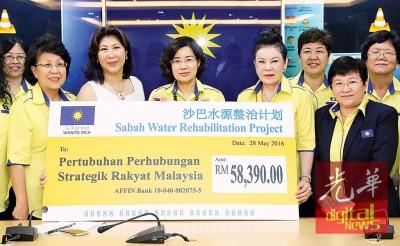王赛之(中者)见证沙巴水源整治计划支票移交仪式,左起为王钟璇、宋惠君、李碧真与黄秀金。