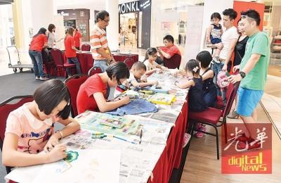 """小孩也参与产业展的""""缤纷热气球""""儿童绘画填色赛,反应热烈。"""