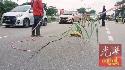 路人协助把爆开凸起如路峰之道围起,以免再有人受害。
