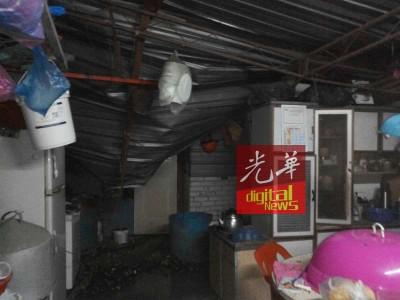 郭鸾心目住家内的屋顶遭压毁。