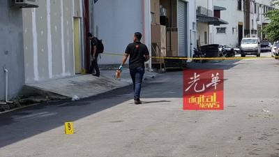 伤者负伤从电玩店后门逃出。