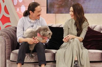 戴佩妮和老公西米露带爱犬一家三口亮相。