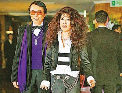 欧阳菲菲与老公式场壮吉鹣鲽情深,多年前陪她赴台参加连胜文婚礼。