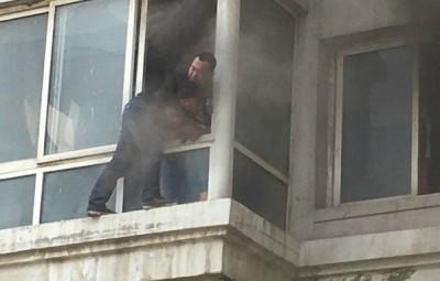 周玉祥将两幼童抱出露台边呼吸,令他们不致窒息。