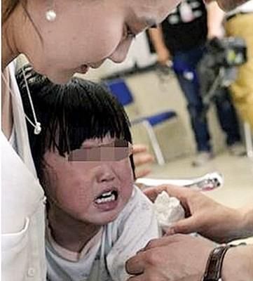 娟娟被遗弃后,经常哭闹。