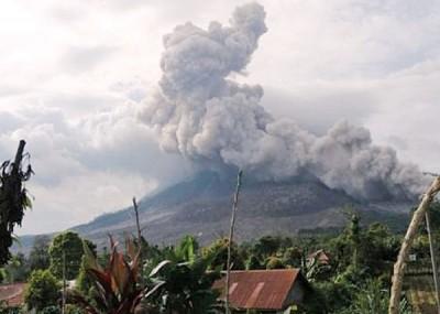 锡纳朋火山爆发,喷出大量烟尘。