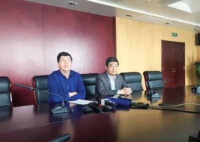 """徐医附院医务处处长杨煜(左)与刘永伟的主诊医生胡波(右)昨日在记者会回应""""肾消失""""事件。"""