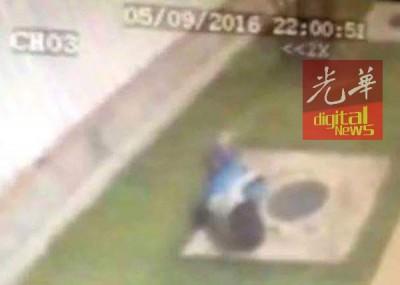 被害人逃出来求救时不慎摔地。